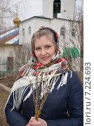 Купить «Молодая женщина в русском платке держит в руках веточки вербы», эксклюзивное фото № 7224693, снято 5 апреля 2015 г. (c) Ольга Линевская / Фотобанк Лори
