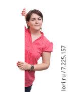Молодая женщина в розовой рубашке стоит около белого баннера. Стоковое фото, фотограф Александр Лычагин / Фотобанк Лори