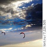Купить «Два кайта на фоне закатного неба», фото № 7226505, снято 14 сентября 2013 г. (c) Анна Полторацкая / Фотобанк Лори