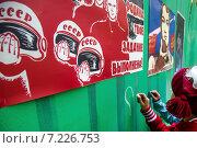 Купить «Девочка пишет надпись на заборе под советскими плакатами о советском космосе в рамках проекта Хрущевка.NET в городе Москве, Россия», фото № 7226753, снято 27 сентября 2014 г. (c) Николай Винокуров / Фотобанк Лори