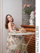 Купить «Красивая девушка в кафе», фото № 7232393, снято 18 марта 2015 г. (c) Алексей Назаров / Фотобанк Лори