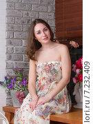 Купить «Красивая девушка сидит на подоконнике», фото № 7232409, снято 18 марта 2015 г. (c) Алексей Назаров / Фотобанк Лори