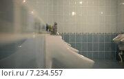 Купить «Мужчина в общественном туалете», видеоролик № 7234557, снято 8 апреля 2015 г. (c) Mikhail Erguine / Фотобанк Лори