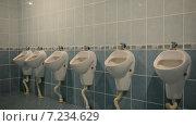 Купить «Общественный мужской туалет с писсуарами», видеоролик № 7234629, снято 8 апреля 2015 г. (c) Mikhail Erguine / Фотобанк Лори