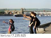 Молодые люди голосуют на набережной в парке Горького (2012 год). Редакционное фото, фотограф Александр Кожухов / Фотобанк Лори