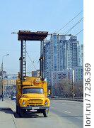 Купить «Временная опора подвесной контактной сети троллейбусов в виде автовышки-автоподъемника на базе грузового автомобиля», фото № 7236369, снято 8 апреля 2015 г. (c) Александр Замараев / Фотобанк Лори