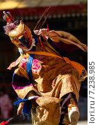 Монах исполняет священный танец масок Чам (Cham dance) на буддийском фестивале в Гималаях в Сиккиме, северо-восточная Индия (2011 год). Стоковое фото, фотограф Олег Иванов / Фотобанк Лори