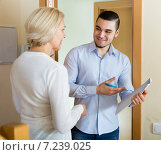woman questionnaire for marketing worker or employee of the company at door. Стоковое фото, фотограф Яков Филимонов / Фотобанк Лори