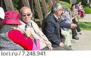 Купить «Люди сидят на скамейках в парке. Шанхай. Китай», видеоролик № 7248941, снято 6 мая 2014 г. (c) Кирилл Трифонов / Фотобанк Лори