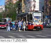 Купить «Посадка пассажиров в трамвай на остановке на Первомайской улице в Москве», эксклюзивное фото № 7250485, снято 31 мая 2014 г. (c) lana1501 / Фотобанк Лори