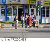 Купить «Люди переходят дорогу по пешеходному переходу на зеленый сигнал светофора, Первомайская улица, Москва», эксклюзивное фото № 7250489, снято 31 мая 2014 г. (c) lana1501 / Фотобанк Лори