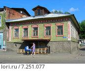 Купить «Одноэтажный старый деревянный жилой дом в  Кимрах Тверской области», эксклюзивное фото № 7251077, снято 11 июня 2011 г. (c) lana1501 / Фотобанк Лори
