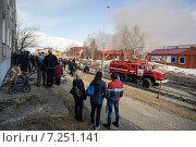 Купить «Люди на улице наблюдают за работой пожарных», фото № 7251141, снято 13 апреля 2015 г. (c) Алексей Маринченко / Фотобанк Лори