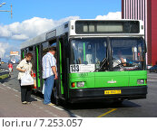 Купить «Посадка пассажиров в автобус № 133 на остановке. Щелковское шоссе, Москва», эксклюзивное фото № 7253057, снято 29 июня 2009 г. (c) lana1501 / Фотобанк Лори