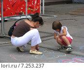 Купить «Ребенок с мамой рисуют мелками на асфальте на ВВЦ (ВДНХ) в Москве», эксклюзивное фото № 7253237, снято 27 июня 2009 г. (c) lana1501 / Фотобанк Лори