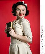 Портрет девушки в стиле пинап на красном фоне. Стоковое фото, фотограф Эллина Туровская / Фотобанк Лори