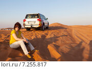 Купить «Сидящая женщина на песке, в пустыне, рядом с автомобилем. На закате.», фото № 7255817, снято 20 декабря 2014 г. (c) Сергей Афанасьев / Фотобанк Лори