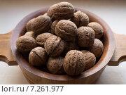 Грецкие орехи в тарелке. Стоковое фото, фотограф Андрей Губецков / Фотобанк Лори