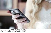 Купить «Невеста набирает номер на телефоне», видеоролик № 7262145, снято 31 августа 2014 г. (c) Потийко Сергей / Фотобанк Лори