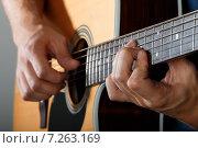 Мужчина играет на акустической гитаре. Стоковое фото, фотограф Людмила Дутко / Фотобанк Лори