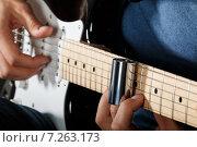 Купить «Мужчина играет на электрогитаре», фото № 7263173, снято 29 июня 2014 г. (c) Людмила Дутко / Фотобанк Лори