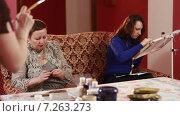 Купить «Две женщины сидят на диване и занимаются рукоделием. Вяжут и вышивают», видеоролик № 7263273, снято 15 апреля 2015 г. (c) Игорь Кузнецов / Фотобанк Лори