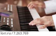 Купить «Музыкант играет на синтезаторе», видеоролик № 7263769, снято 20 сентября 2013 г. (c) Потийко Сергей / Фотобанк Лори