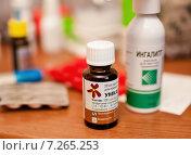Купить «Таблетки и баночки с лекарствами лежат на столе», эксклюзивное фото № 7265253, снято 15 апреля 2015 г. (c) Игорь Низов / Фотобанк Лори