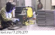 Купить «Сварщик варит шов», видеоролик № 7270277, снято 16 апреля 2015 г. (c) Игорь Кузнецов / Фотобанк Лори
