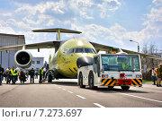 Новый транспортный самолет Ан-178 буксируется на летно-испытательную станцию, 16 апреля 2015. Редакционное фото, фотограф Антон Довбуш / Фотобанк Лори