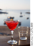 Бокал с красным коктейлем на фоне морского побережья. Стоковое фото, фотограф Светлана Пальцева / Фотобанк Лори