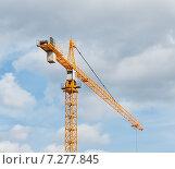 Купить «Подъемный кран на фоне облачного голубого неба», эксклюзивное фото № 7277845, снято 13 апреля 2015 г. (c) Игорь Низов / Фотобанк Лори