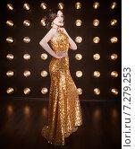 Купить «Суперзвезда в золотом блестящем платье», фото № 7279253, снято 21 октября 2018 г. (c) Дарья Петренко / Фотобанк Лори