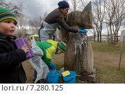 Купить «Семья в синих резиновых перчатках моет странную статую во время Общегородского субботника в парке искусств Музеон в центре города Москвы, Россия», фото № 7280125, снято 18 апреля 2015 г. (c) Николай Винокуров / Фотобанк Лори
