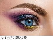 Яркий разноцветный макияж женщины с голубыми глазами. Стоковое фото, фотограф Людмила Дутко / Фотобанк Лори