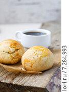 Булочки на фоне чашки кофе. Стоковое фото, фотограф Елена Захарченко / Фотобанк Лори