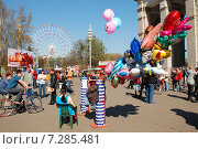 Купить «Люди отдыхают на ВДНХ в Москве», эксклюзивное фото № 7285481, снято 2 мая 2009 г. (c) lana1501 / Фотобанк Лори