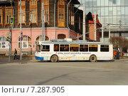 Троллейбус едет по улице (2015 год). Редакционное фото, фотограф Евгений Кузнецов / Фотобанк Лори
