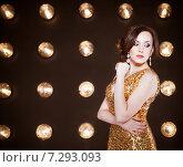Купить «Суперзвезда в золотом блестящем платье», фото № 7293093, снято 21 октября 2018 г. (c) Дарья Петренко / Фотобанк Лори