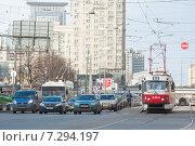 Купить «Трамвай 19 маршрута на светофоре на Краснопрудной улице рядом с потоком машин. Москва, 2015 г.», фото № 7294197, снято 21 апреля 2015 г. (c) Сайганов Александр / Фотобанк Лори