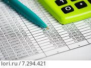 Купить «Финансовый учет. Зеленый калькулятор и документы», фото № 7294421, снято 17 апреля 2015 г. (c) Валерия Потапова / Фотобанк Лори