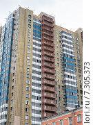 Купить «Укладка утеплителя на фасад современного высотного здания», фото № 7305373, снято 20 апреля 2015 г. (c) Родион Власов / Фотобанк Лори