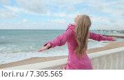 Купить «Девушка в розовом плаще наслаждается ветром на набережной», видеоролик № 7305565, снято 21 апреля 2015 г. (c) Denis Mishchenko / Фотобанк Лори