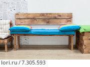 Деревянная скамейка с яркими подушками в интерьере гостиной комнаты. Стоковое фото, фотограф Кекяляйнен Андрей / Фотобанк Лори