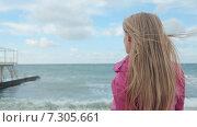 Купить «Девушка смотрит на море», видеоролик № 7305661, снято 21 апреля 2015 г. (c) Denis Mishchenko / Фотобанк Лори