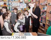 Купить «Дети с учителем  в библиотеке», фото № 7306085, снято 20 февраля 2015 г. (c) Элина Гаревская / Фотобанк Лори