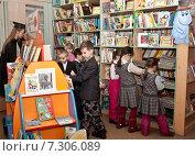 Купить «Дети в библиотеке выбирают книги», фото № 7306089, снято 20 февраля 2015 г. (c) Элина Гаревская / Фотобанк Лори