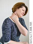 Купить «Женщина средних лет испытывает боль в шее», фото № 7308181, снято 24 апреля 2015 г. (c) Володина Ольга / Фотобанк Лори