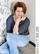Купить «Счастливая женщина среднего возраста сидит на полу в комнате нового дома», фото № 7308289, снято 24 апреля 2015 г. (c) Володина Ольга / Фотобанк Лори
