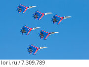 """Купить «Высший пилотаж авиационной группы """"Русские Витязи"""" на тяжёлых истребителях Су-27», эксклюзивное фото № 7309789, снято 25 апреля 2015 г. (c) Александр Тарасенков / Фотобанк Лори"""